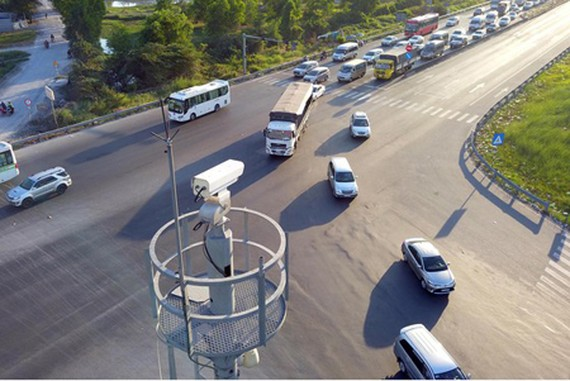 The traffic camera system to regulate traffic volume at one intersection in Binh Chanh District. (Photo: SGGP)
