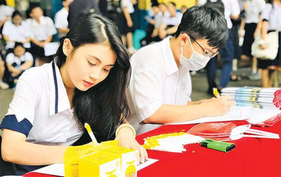 Candidates registered for HCMC University of Economics and Finance using their academic report. (Photo: SGGP)