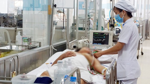 A dengue patient is being treated in the city Children Hospital (Photo: SGGP)