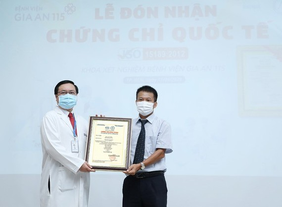 Vu Xuan Thuy - Director of Bureau of Accreditation gives the certification of ISO 15189: 2012 certification to the hospital representative (Photo: SGGP)