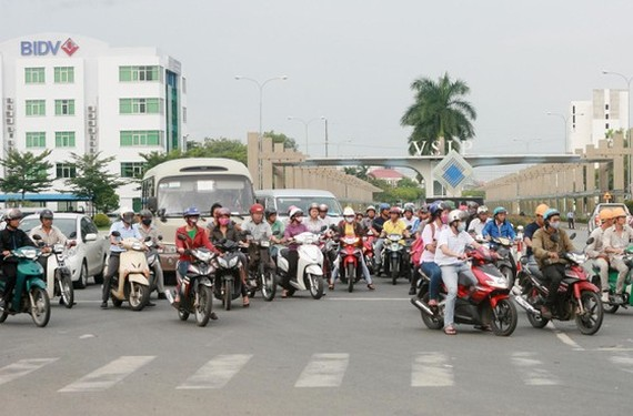 Migrant workers return home after work (Photo: SGGP)