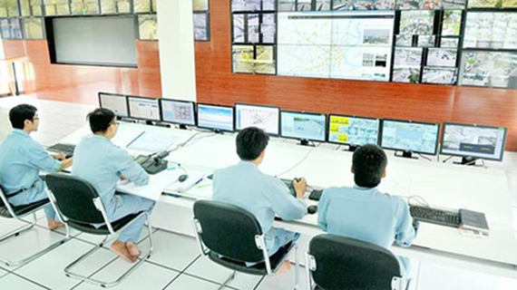 Monitoring smart traffic in the Management Center of Saigon River Tunnel. (Photo: SGGP)