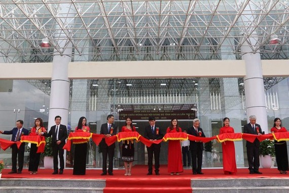 Acting Health Minister Nguyen Thanh Long cut the ribbon at the official dedication of the new Son La General Hospital which was officially put into operation yesterday. Ribbon cutting celebrates new hospital in northwest region (Photo: SGGP)