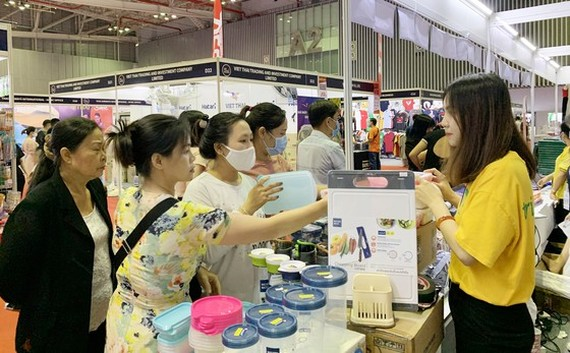 Vietnamese people do shopping at an event to promote Thai goods (Photo: SGGP)