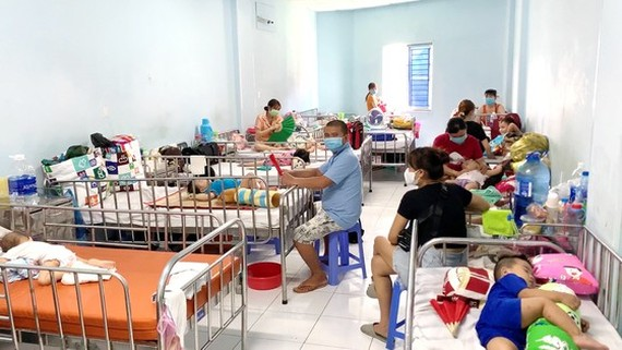 Hand-foot-and mouth children are being treated in a hospital in HCMC (Photo: SGGP)