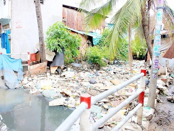 City canals and rivers are seriously polluted with litters (Photo: SGGP)