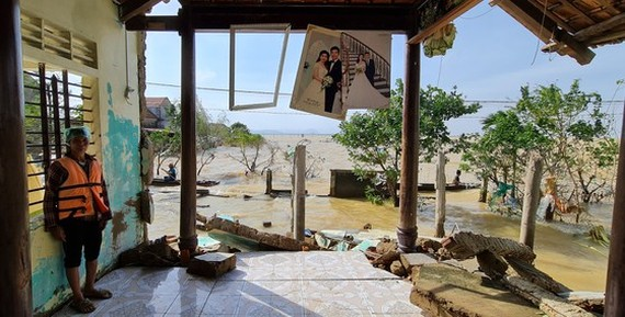 A woman in her collapsed house in Quang Binh province, one of the worst hit localities in the long lasting heavy rain and flooding in the Central region (Photo: SGGP)