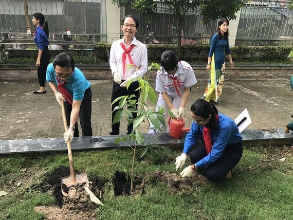 Students in District 4 plant trees during the campaign (Source: https://voh.com.vn/)