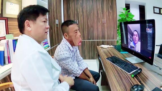 Dr. Nguyen Phan Tu Dung  and patient Le Van Men (Photo: SGGP)