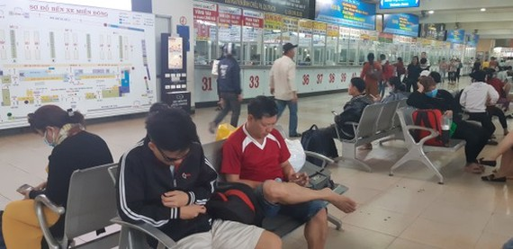 Though Mien Dong Bus Station is crowded with people,  many people ignore wearing facemask in public place (Photo: SGGP)