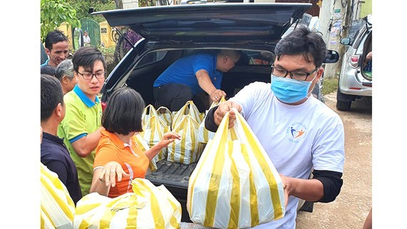More gifts are sent to people in storm and flood-hit areas (Photo: SGGP)