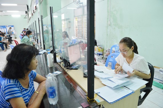 Jobless workers receive unemployment benefits in HCMC (Photo: SGGP)