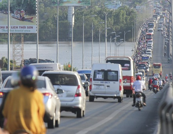 The existing Rach Mieu Bridge has only two lanes, causing regular traffic jams due to the high volume of vehicles (Photo: SGGP)