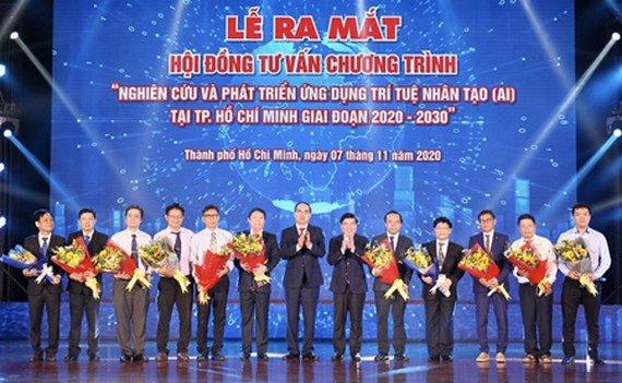 Mr. Nguyen Thien Nhan and Mr. Nguyen Thanh Phong gave their congratulation to the Consultation Council for the program 'Research and Develop AI Applications in HCMC from 2020-2030'. (Photo: SGGP)