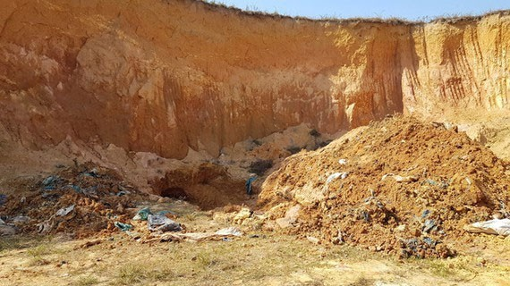A hazardous waste management facility illegally buries waste in Soc Son District in Hanoi (Photo: SGGP)