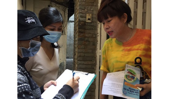 A local administrator encourages residents to buy medical insurance (Photo: SGGP)