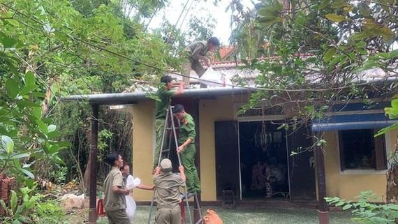 Soldiers help residents to reinforce the houses before Vamco typhoon comes (Photo: SGGP)