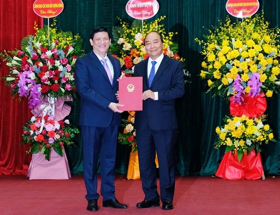 PM Nguyen Xuan Phuc congratulates newly appointed Health Minister Nguyen Thanh Long (Photo: SGGP)