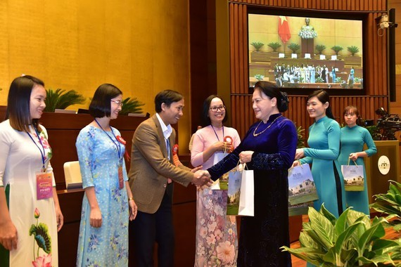 National Assembly Chairwoman Nguyen Thi Kim Ngan congratulates outstanding teachers and educational administrators (Photo: SGGP)