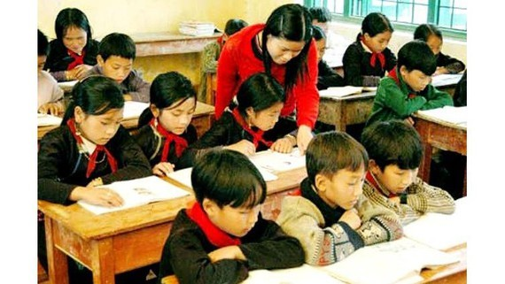 An ethnic teacher is teaching primary students (Photo: SGGP)