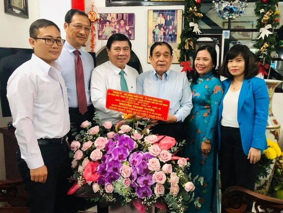 Chairman of the Ho Chi Minh City People's Committee Nguyen Thanh Phong congratulated Professor Nguyen Thanh Tuyen (Photo: SGGP)