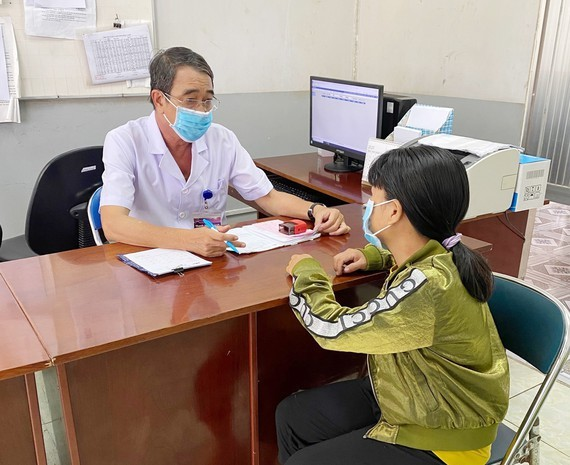 Dr. Huynh Thanh Hien is talking to a woman with mental health disorder (Photo: SGGP)