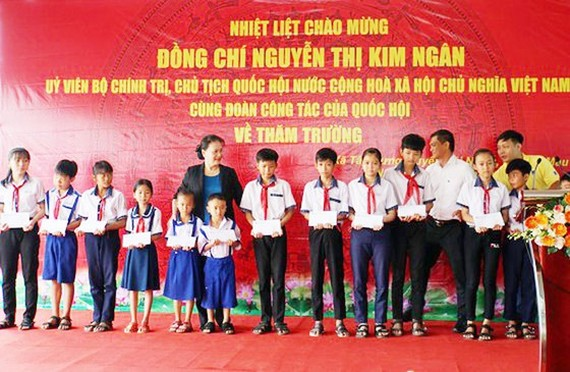 NA Chairwoman Nguyen Thi Kim Ngan gives gifts to children in Mekong Delta (Photo: SGGP)