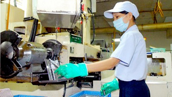 Worker at a factory at the Tan Thuan Industrial Park in HCM City (photo: SGGP)