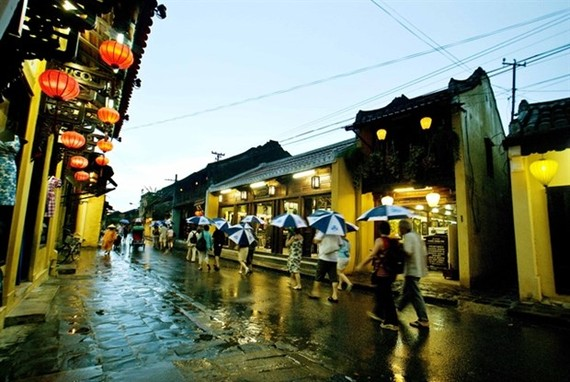 Tourists walk through the Old Quarter of Hoi An at night (Photo courtesy of Hoi An Culture and Sports Centre)