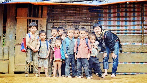 Trung and children in mountainous area (Photo: SGGP)
