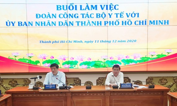 Chairman Nguyen Thanh Phong (R) and Health Minister Nguyen Thanh Long at the meeting (Photo: SGGP)
