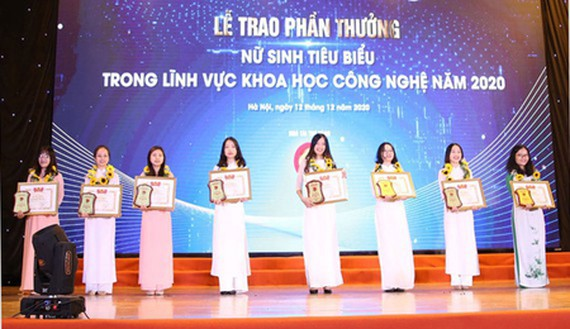 The winning female students in the awards ceremony. (Photo: vnuhcm)