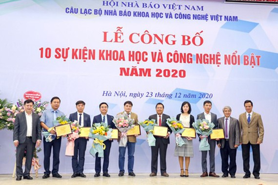 Representatives of the top-10 scientific-technological events in the ceremony. (Photo: SGGP)