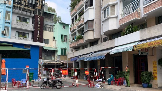 HCMC authorities isolate apartment building as part of response to Covid-19 (Photo: SGGP)