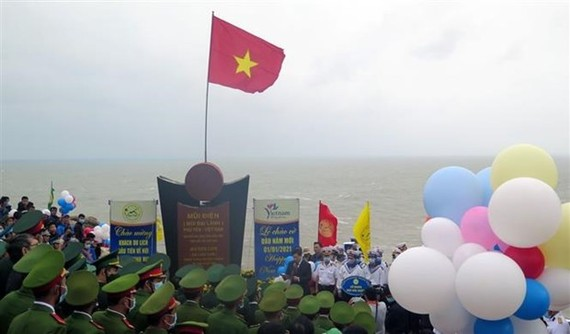 The New Year flag-salute ceremony is held at the easternmost point of Vietnam in the south central province of Phu Yen (Photo: VNA)