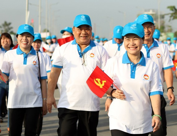 Nguyen Thi Le, Deputy Secretary of the Ho Chi Minh City Party Committee, takes part in the walk (Photo: SGGP)