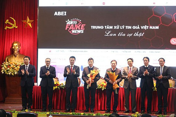 Deputy Prime Minister Vu Duc Dam and MIC's leaders officially introduced the Information Portal to receive reports on fake news. (Photo: SGGP)