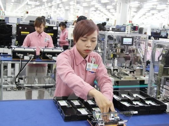 A woman works on an assembly line of smartphone inside Samsung's hi-tech complex in the northern province of Thai Nguyen. Illustrative photo. (Source: VNA)