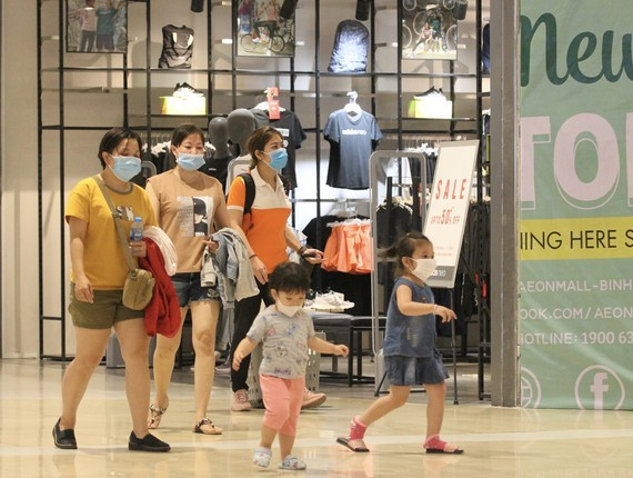 People should wear facemasks in public venues to prevent Covid-19 (Photo: SGGP)