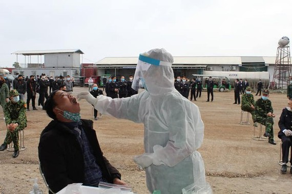 A health worker is taking samples for test (Photo: SGGP)