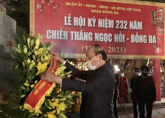 PM Nguyen Xuan Phuc pays tribute to King Quang Trung at the temple dedicated to the King at Dong Da Mound in Hanoi (Photo: VNA)