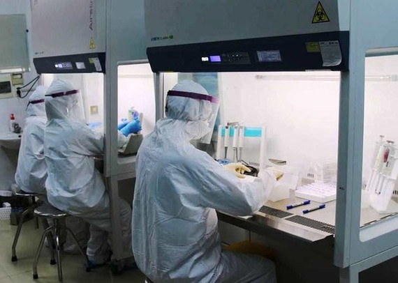 Medical workers step up testing patient samples in Hai Duong