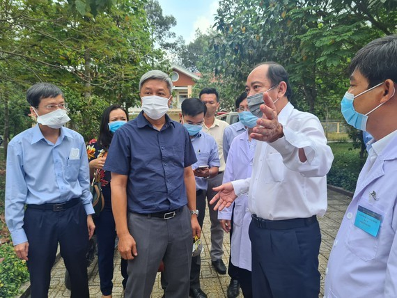 Deputy Health Minister Nguyen Truong Son visits the makeshift hosptial in Cu Chi District, HCMC (Photo: SGGP)