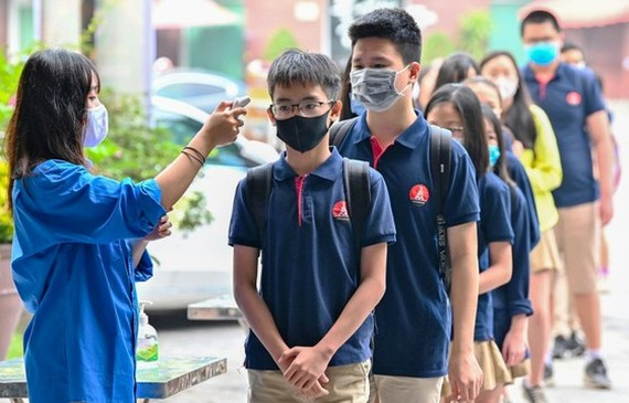 Temperature screening of students in front of schools aims to detect Covid-19 infections (Photo: SGGP)