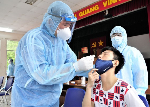 A medical worker taking sample for Covid-19 testing in District 5, HCMC (Illustrative photo)