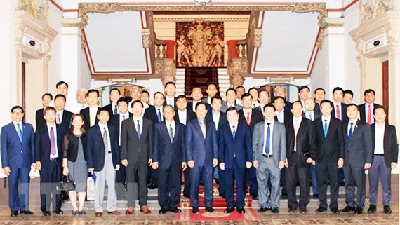 Chairman of the Ho Chi Minh City People's Committee Nguyen Thanh Phong  poses with a high- ranking delegation of Phnom Penh capital (Photo:VNA)