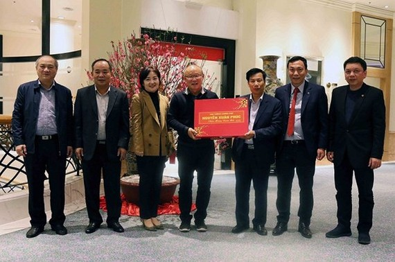 Minister of Culture, Sports and Tourism Nguyen Ngoc Thien offers gift of Prime Minister Nguyen Xuan Phuc to coach Park Hang- seo