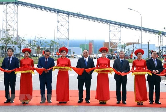 Prime Minister Nguyen Xuan Phuc (middle) cut the ribbon for the inauguration of Thai Binh Thermal Power Plant in the province's Thai Thuy District on Thursday. — VNA/VNS Photo Thong Nhat