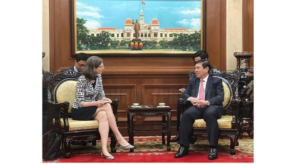 Chairman of the Ho Chi Minh City People's Committee Nguyen Thanh Phong (R) and newly-appointed Canadian Ambassador to Vietnam Deborah Paul
