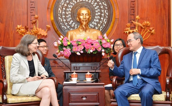 Secretary of the Ho Chi Minh City Party Committee Nguyen Thien Nhan and newly- appointed Canadian ambassador to Vietnam Deborah Paul (Photo:Viet Dung)